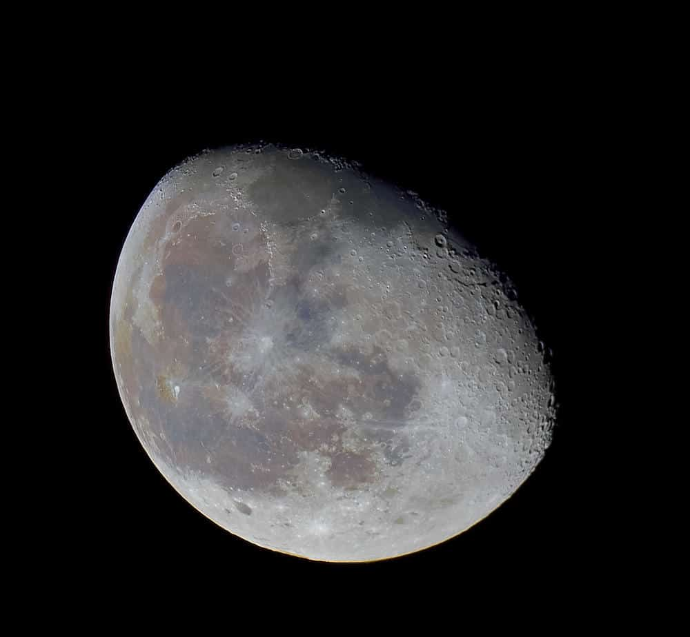 Image stacking brings out the true colors of the Moon
