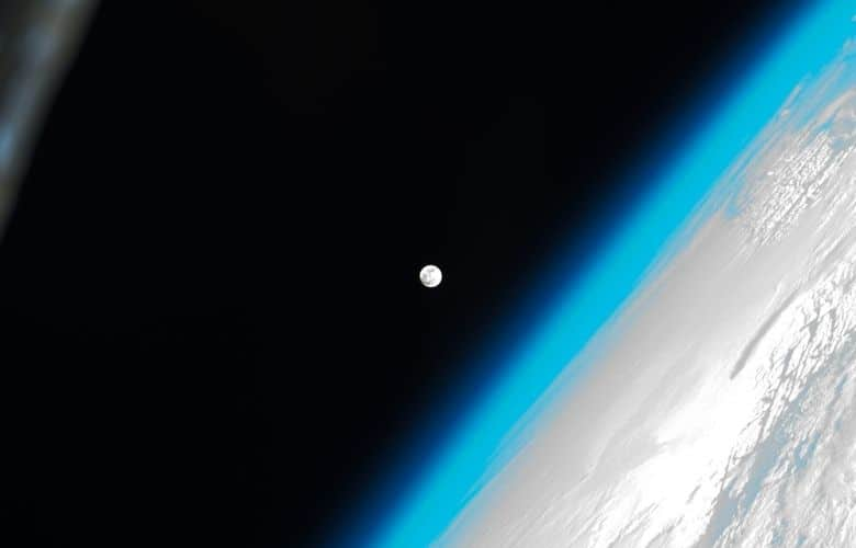 Does the moon have atmosphere