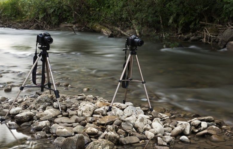 In rocky terrain, it's difficult to set up these two tripods with center column.